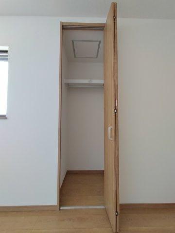 洋室(6.5帖)の収納です。 こちらのお部屋にはクローゼット収納がございます。
