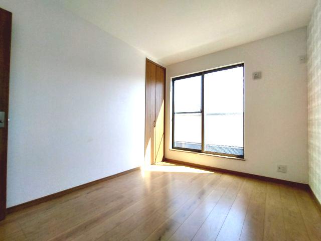 3階洋室(6.0帖)です。 南向きバルコニーからの採光が日中通してたっぷり入る明るいお部屋です。