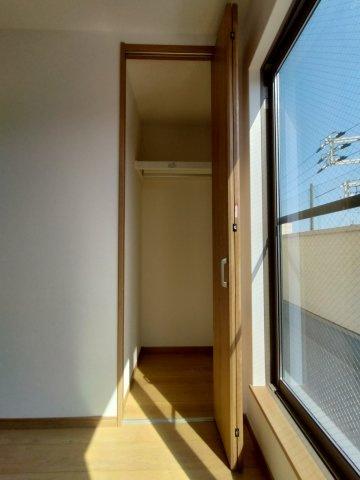 3階洋室(6.0帖)の収納です。 こちらのお部屋にはクローゼット収納がございます。