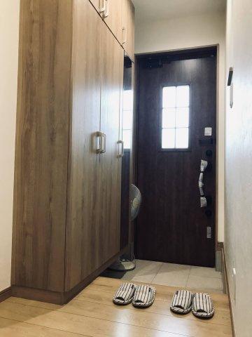 玄関ドアから採光が入る明るい玄関です。 Wロックで防犯面も安心です。