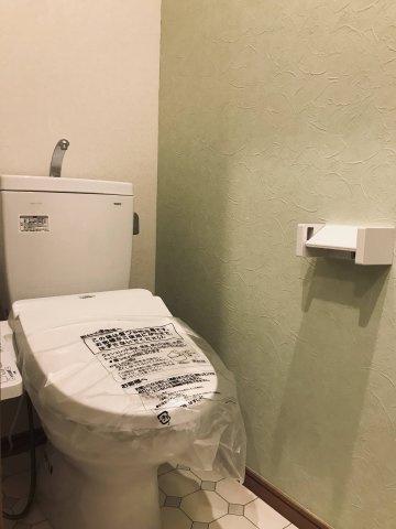 温水洗浄便座完備です。 ちょっとした棚があると便利ですね♪