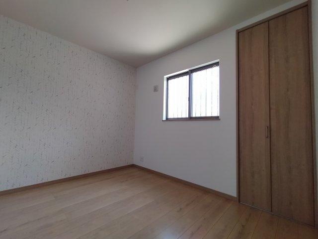 1階の洋室(5.3帖)です。 南と東向きの2面採光が入る明るいお部屋です。アクセントクロスがも素敵ですね♪