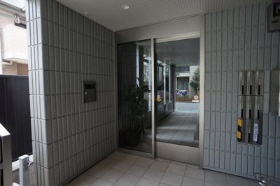 オートロック付きの自動扉です。防犯カメラも設置しています。