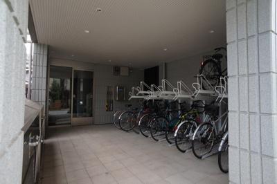 二段式サイクルラック付きの自転車置場です。