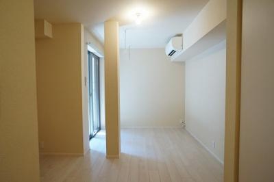エアコン・室内物干しが設置された7.6帖の洋室です。