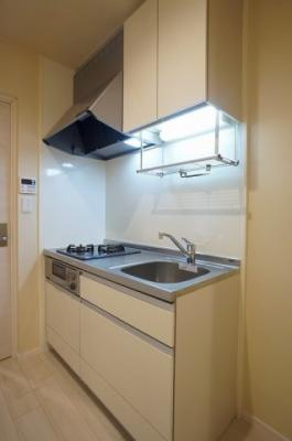 2口ガスコンログリル付きのシステムキッチンです。耐震ラッチ付きの吊戸棚もあります。