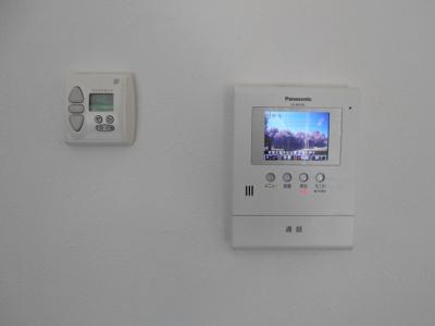 右:インターホン 左:電動シャッター