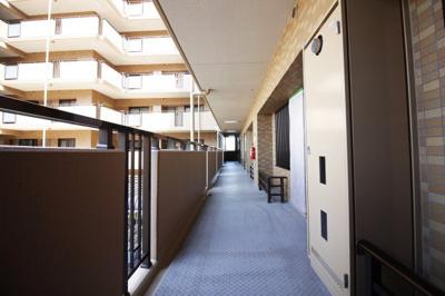 《マンション共用廊下》