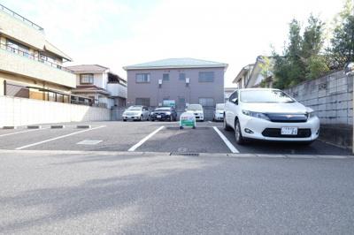 アスファルト舗装の駐車場です