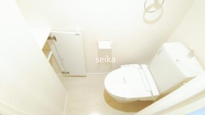 居室に独立洗面化粧台があります。椅子付き!鏡も広め。