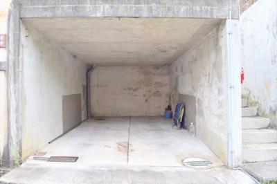 掘り込みガレージ内部の様子です。ミニバンクラスのお車も入ります。