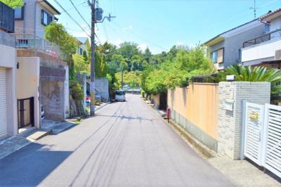 物件前面道路の様子です。道幅が広いのでお車の車庫入れも楽々!御蔵山のゆったりとした雰囲気をご堪能下さい。