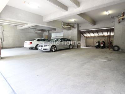 屋根付き平面駐車場