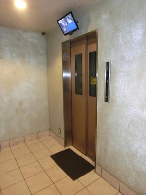 エレベーター内部に防犯カメラ付き