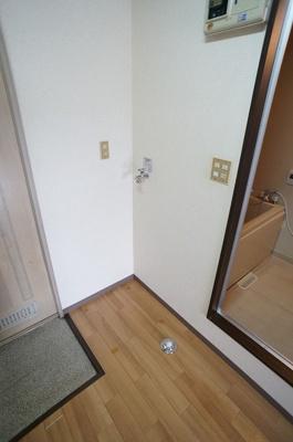 玄関横にある室内洗濯機置き場です!室内に置けるので洗濯機が傷みにくいのが嬉しいですよね☆