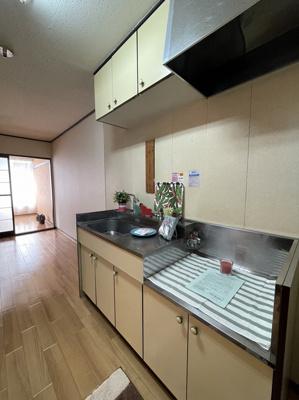 ガスコンロ設置可能のキッチンです☆ご自身でお好きなガスコンロをご用意いただけます♪収納も付いているのでかさばりやすい調理用品もすっきり!