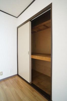 7.3帖のダイニングキッチンにある収納スペースです♪荷物の多い方でも安心の収納力!扇風機などの季節物もすっきり☆