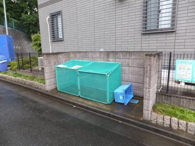 屋根付きの駐輪場で雨が降っても大切な自転車が濡れなくてすみますね♪荷物が重いときに自転車があれば助かりますね♪