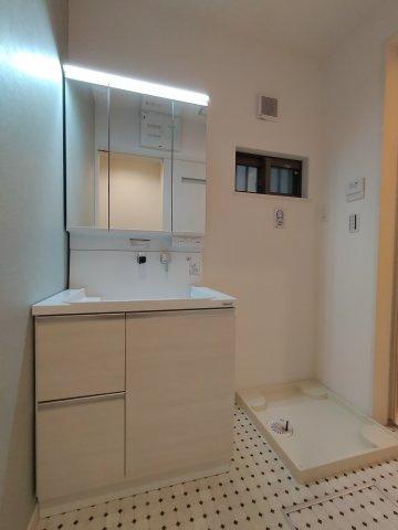 洗面化粧台はたっぷりの収納と三面鏡が嬉しいですね。朝の身支度がぐっと快適になりますよ♪