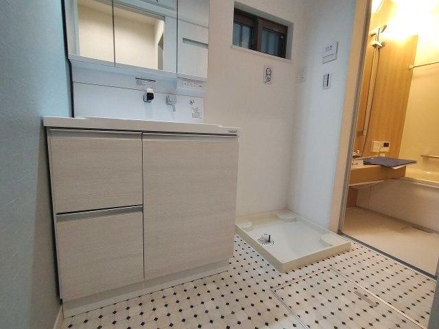 洗面室はタイル調のポップで清潔感のあるフローリング。水回りがまとまっているので快適にお使いいただけます♪