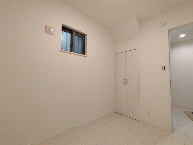 1階の約3.5帖洋室です。収納もあり、落ち着いたスペースですので書斎や趣味のお部屋としてお使いいただくのも素敵ですね。