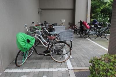 駐輪場のスペースになります。ここは平面なので、ケガの心配などなく自転車を置くことができるのって嬉しいですね!