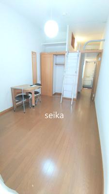 テーブルは折りたたんで居室を広く使えます。