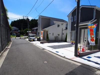 前面道路も広く、車庫入れもラクラク。