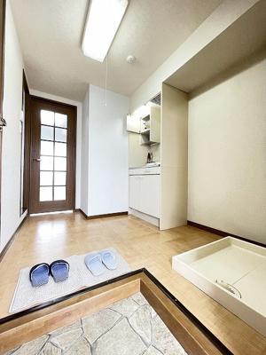 玄関から室内への景観です!右手にキッチン、左手にトイレ・バスルームがあります★