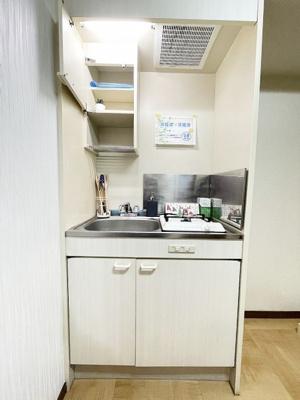 1口ガスコンロ付きのキッチンです!場所を取るお鍋やお皿もすっきり収納できます♪自炊生活で楽しく健康に!