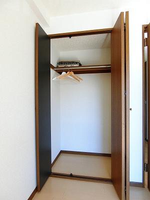 洋室5.8帖のお部屋にあるクローゼットです♪大切なお洋服もしわにならないようにハンガーがけができます☆