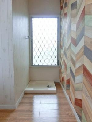 キッチンスペースにある室内洗濯機置き場です♪防水パンが付いているので万が一の漏水にも安心です!窓があるので換気もバッチリ◎