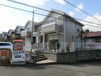 小田急線「新百合ヶ丘」駅にアクセス可能な最寄りバス停徒歩4分!コンビニも近くて便利な住環境☆閑静な住宅地にある人気のテラスハウスです♪