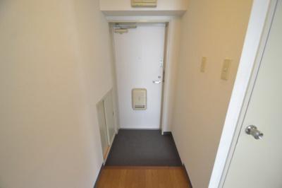 【玄関】白い小さなマンション
