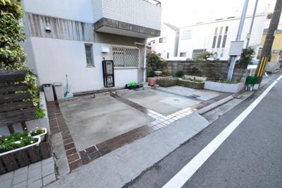【駐車場】白い小さなマンション