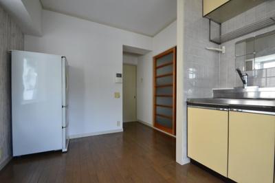 【居間・リビング】白い小さなマンション