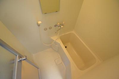 【浴室】白い小さなマンション