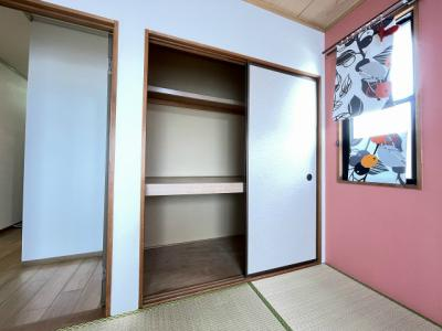 和室6帖のお部屋にある押入れです!押入れは寝具など、かさ張りやすいものの収納にぴったりですね☆