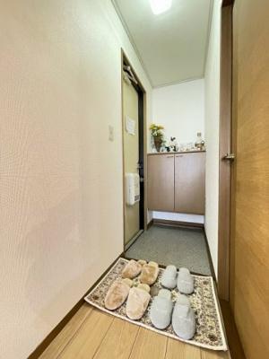 玄関はシューズボックス付きで玄関すっきり片付きます!上に写真やかわいい小物を置いたりもできます♪