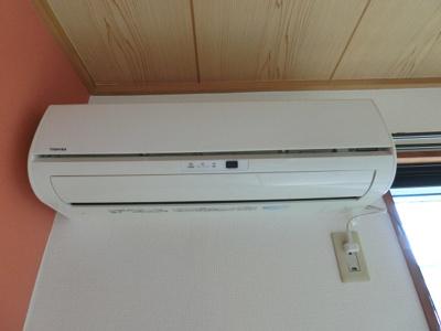暑い夏や寒い冬に大活躍!和室6帖のお部屋にあるエアコンです☆冷暖房完備で1年中快適に過ごせます♪