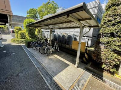 屋根付きの駐輪場で雨が降っても大切な自転車が濡れなくてすみますね♪自転車があれば通勤・通学、お買い物にも便利です!