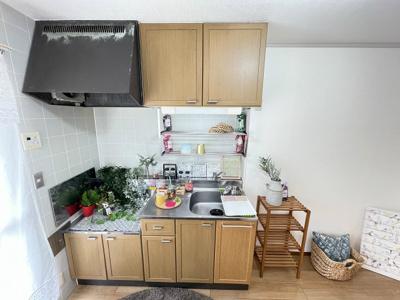 換気のできる窓のあるキッチンはガスコンロ設置可能☆場所を取るお鍋やお皿もたっぷり収納できます♪