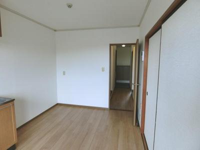 6帖ダイニングキッチン、窓側からの眺めです☆正面奥に玄関、右手に6帖の和室があります♪