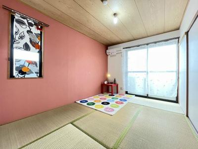 バルコニーに繋がる南東向き角部屋2面採光6帖の落ち着く和室です!エアコン・押入れ付きのお部屋☆壁紙は華やかなアクセントクロスです♪