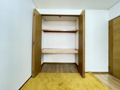 収納スペースのある洋室6帖のお部屋です!収納が2ヶ所あるのが便利ですよね♪お部屋すっきり片付きます☆