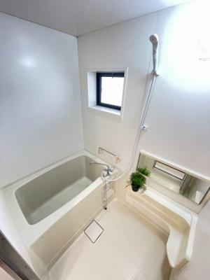 小窓のあるバスルームは換気が出来るので、湿気がこもりにくくていいですね!お風呂に浸かって一日の疲れもすっきりリフレッシュ♪