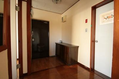 シューズボックス付きの広々とした玄関です。