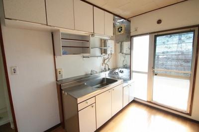 ガスコンロ設置型のキッチンです