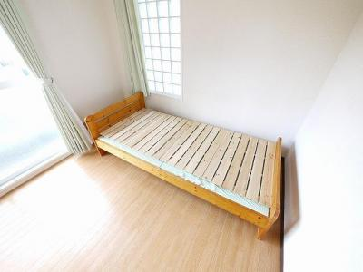 ベッドも設置されております。