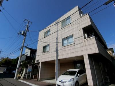 小田急線「新百合ヶ丘」駅より徒歩圏内!スーパーも近くて便利な立地の3階建てマンションです☆